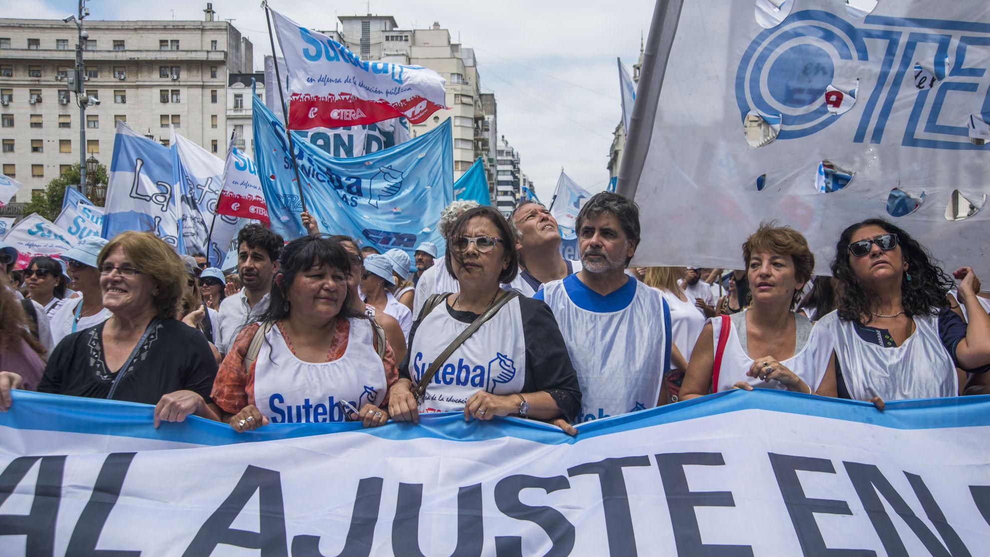 Docentes y estatales marchan al centro porteño